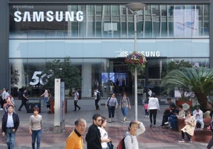 Pedestrians pass by Samsung Electronics' newly opened flagship store on East Nanjing Road, Shanghai. / Yonhap