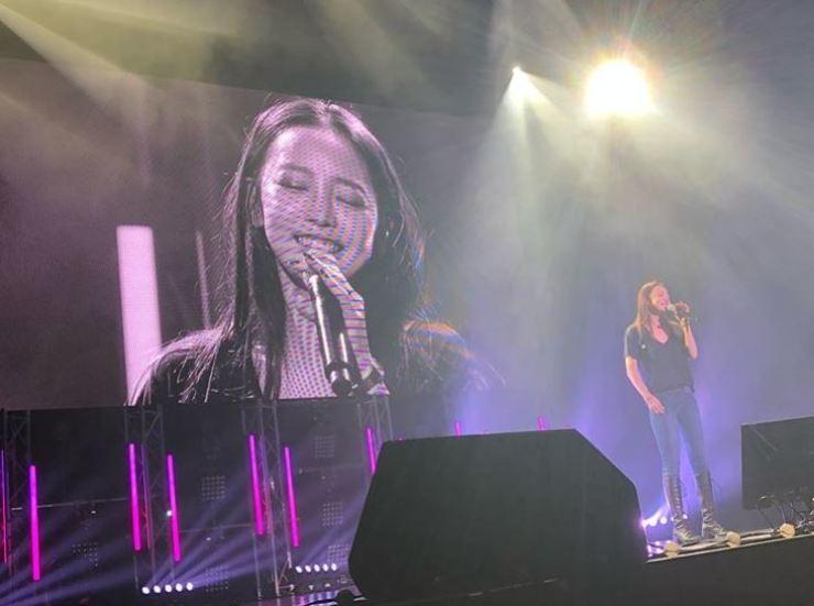 Korean singer Goo Ha-ra performs in Japan. Captured from Goo's Instagram