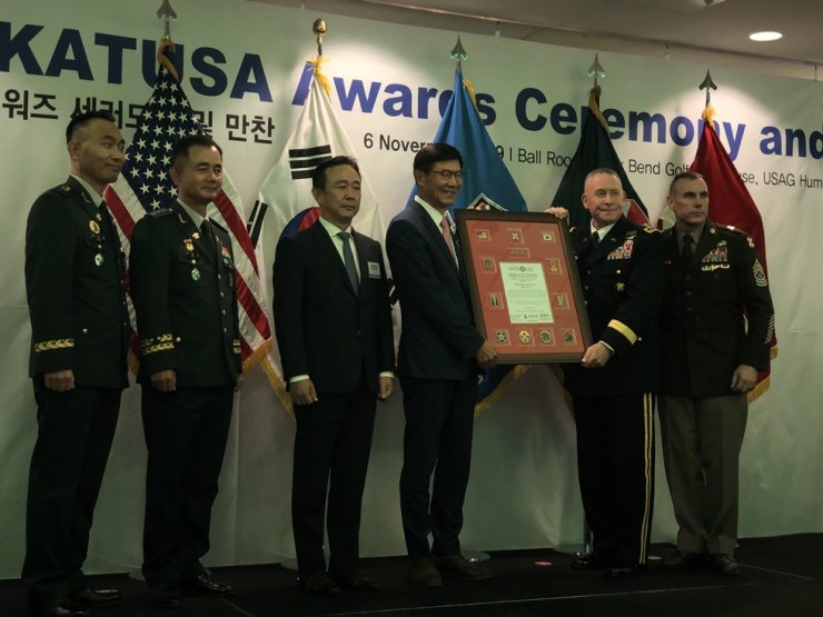 New KATUSA Hall of Fame inductee Kim Jong-wook, left, holds the plaque with Eighth U.S. Army commander LT. Gen. Michael Bills in a ceremony at U.S. Camp Humphreys, Wednesday. Courtesy of KATUSA Veterans Association.