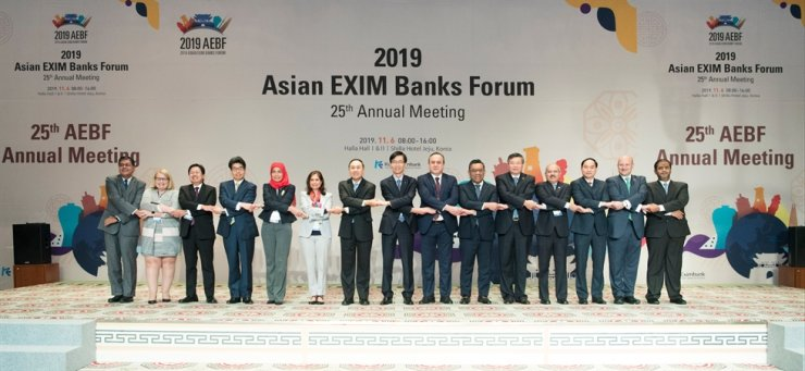 Export-Import Bank of Korea (Eximbank) CEO Bang Moon-kyu, center, joins hands with executives of export credit agencies from 15 countries during the 2019 Asian EXIM Banks Forum at the Shilla Hotel Jeju, Wednesday. / Courtesy of Eximbank