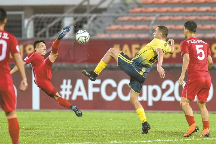 Ahmed Akaichi, second from right, of Al Ahed FC competes during the AFC Cup Final football match between Al Ahed FC of Lebanon and 4.25 SC of the Democratic People's Republic in Malaysia, Monday. /Xinhua-Yonhap