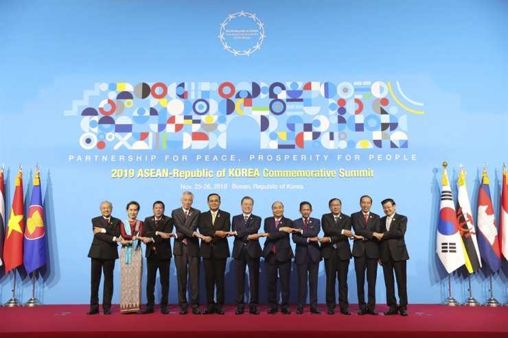 In this photo provided by ASEAN-ROK Commemorative Summit, from left, Malaysian Prime Minister Mahathir Mohamad, Myanmar's leader Aung San Suu Kyi, Philippine President Rodrigo Duterte, Singaporean Prime Minister Lee Hsien Loong, Thai Prime Minister Prayuth Chan-ocha, South Korean President Moon Jae-in, Vietnamese Prime Minister Nguyen Xuan Phuc, Brunei's Sultan Hassanal Bolkiah, Cambodian Deputy Prime Minister and Foreign Minister Prak Sokhonn, Indonesian President Joko Widodo and Laos Prime Minister Thongloun Sisoulith pose during the ASEAN-Republic of Korea Commemorative Summit in Busan, Tuesday. AP-Yonhap