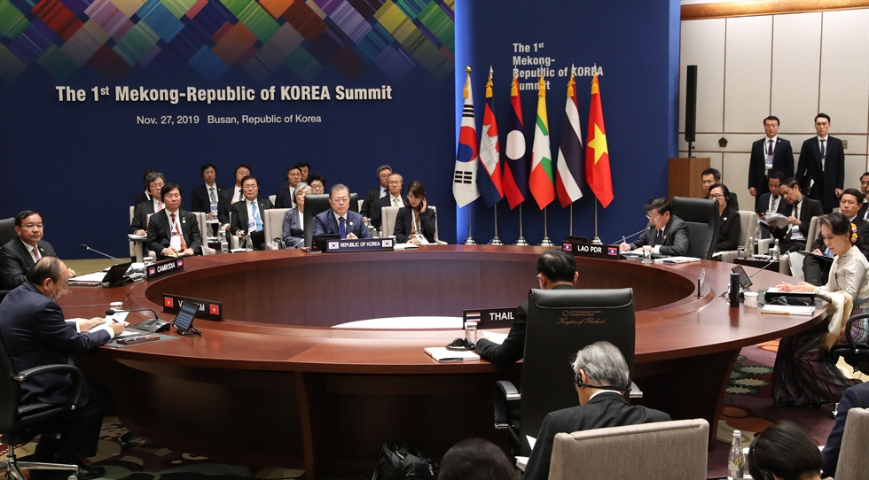 The leaders of South Korea and the five Mekong nations pose before the beginning of the 1st Mekong-Korea summit in Busan, Wednesday. From left, Laotian Prime Minister Thongloun Sisoulith, Myanmar's State Counsellor Aung San Suu Kyi, Thai Prime Minister Prayut Chan-o-cha, President Moon Jae-in, Vietnamese Prime Minister Nguyen Xuan Phuc and Cambodian Deputy Prime Minister Prak Sokhonn. Yonhap