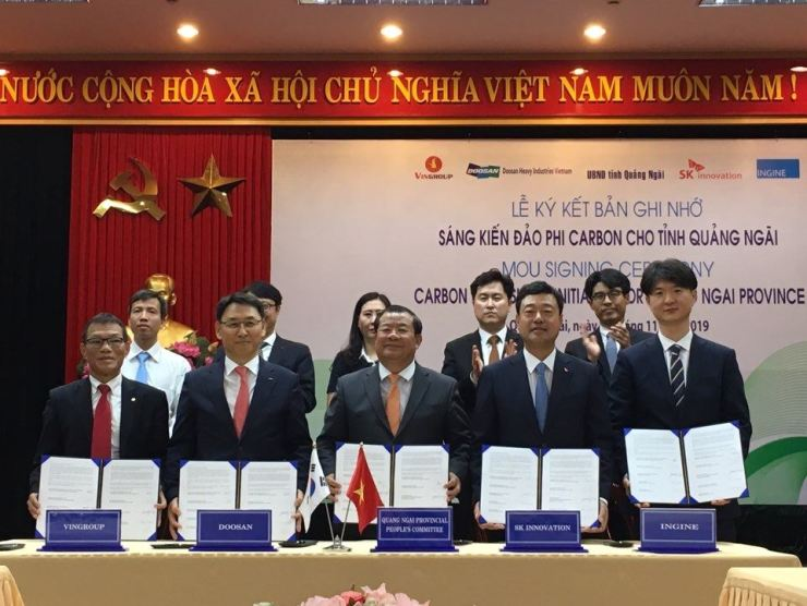 Jee Dong-seob, second from right, head of Double Bottom Line at SK Innovation and CEO of SK Lubricants, with Nguyen Tang Binh, center, Vice Chairman of the Quang Ngai Provincial People's Committee and officials from Doosan Heavy Industries, Vingroup and Ingine after signing a MOU at the Quang Ngai provincial government office in Vietnam, Thursday. / Courtesy of SK Innovation