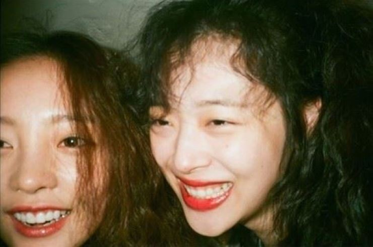 K-pop singers Goo Ha-ra, left, and Sulli, two former idol stars and close friends, were recently found dead, with suicide being their most likely cause of death. Capture from Goo Ha-ra's Instagram