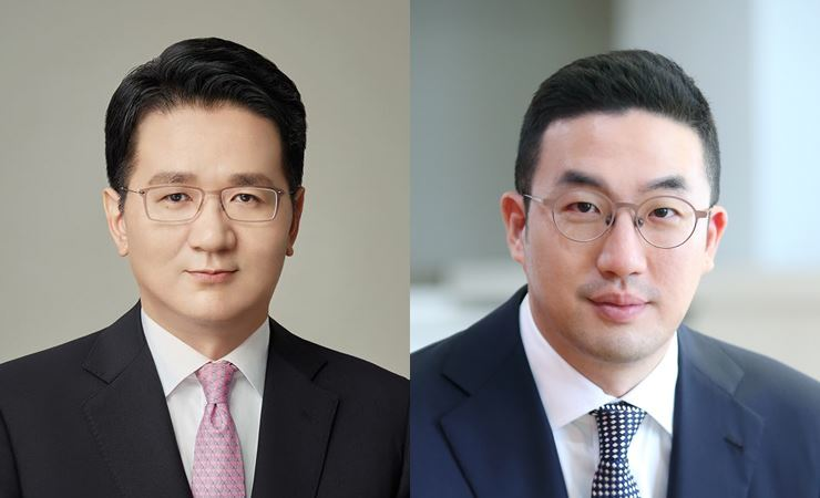 Hanjin Group Chairman Cho Won-tae, left, LG Group Chairman Koo Kwang-mo