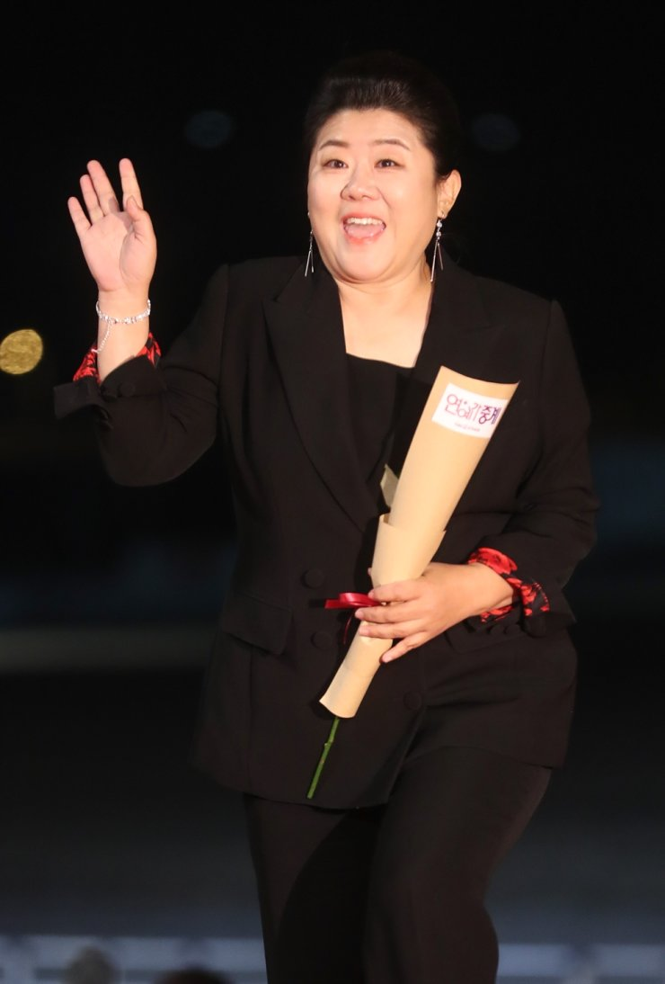 Actress Lee Jeong-un waves as she enters Paradise City Hotel in Incheon Thursday for the 40th Blue Dragon Awards. She received the Best Supporting Actress Award there for her role in 'Parasite.' / Yonhap