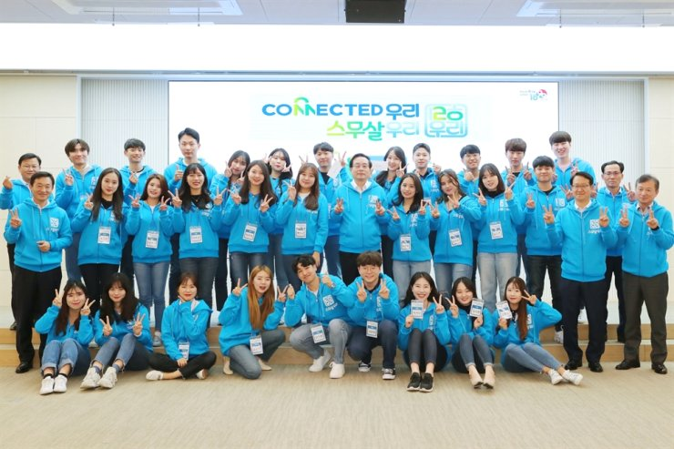 Woori Bank CEO Sohn Tae-seung, second row seventh from left, poses with university students at the bank's headquarters in Seoul, Nov. 4. The 30 students will create online content to promote the bank over the next four months. Courtesy of Woori Bank