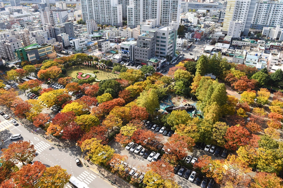 Foreign tourists enjoy colorful autumn foliage at Mount Nam in central Seoul on Tuesday as vibrant foliage continues its progression throughout the country. The color transition will reach its peak in the middle of this month. Korea Times photo by Bae Woo-han