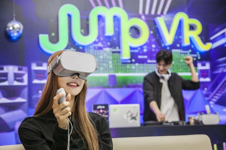 A model tries out SK Telecom's Virtual Social World service, wearing Oculus' standalone VR headset, Oculus Go, in Seoul, Tuesday. / Courtesy of SK Telecom