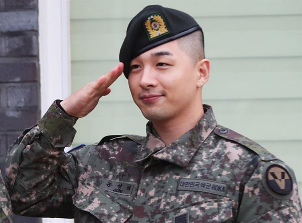 Daesung and Taeyang smile during their discharge ceremony on Sunday in Yongin, Gyeonggi Province. /Yonhap