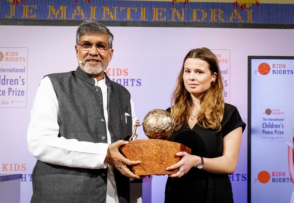 Indian children's right's activist and 2014 Nobel Peace Prize Laureate Kailash Satyarthi, left, presents the International Children's Peace Prize 2019 to German climate activist Luisa Neubauer, center, and Cameroonian peace activist Divina Maloum in The Hague on November 20, 2019. Neubauer accepted the prize on behalf of Greta Thunberg, who could not be present at the award ceremony. 독일의 환경운동가 루이사 노이바우어가 이날 시상식에 참석하지 못한 그레타 툰베리를 대신해 상을 받고 있다. /AFP