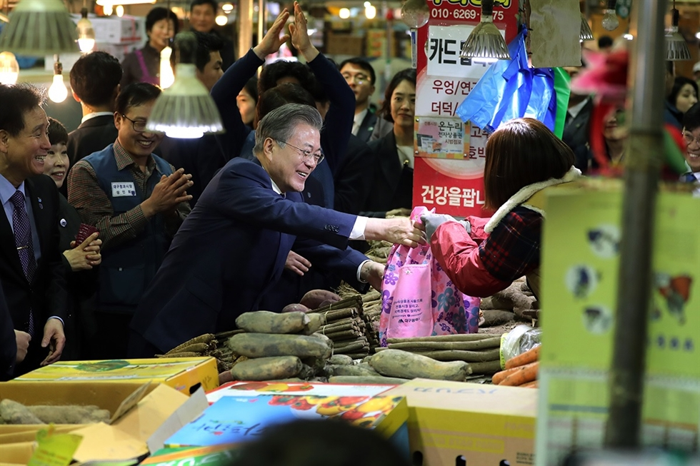 President Moon Jae-in visits a factory in Ulsan on Jan. 17. Courtesy of Cheong Wa Dae