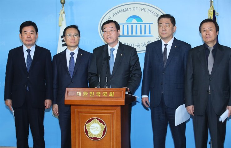 Ruling Democratic Party of Korea members of the National Defense Committee hold a joint press conference at the National Assembly, Tuesday, to urge the United States to stop its demands of 'excessive' terms in negotiations for a defense cost-sharing deal and pledge to use parliamentary veto power to stop the U.S.' move. From left are Reps. Kim Jin-pyo, Hong Young-pyo, Min Hong-chul, Kim Byung-kee and Do Jong-hwan. Yonhap