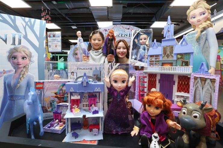 Models promote 'Frozen 2'-themed products at Lotte Mart's Toys 'R' Us in Seoul, Nov. 19. Yonhap
