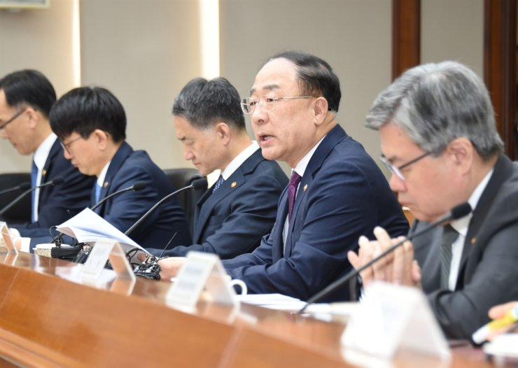 Deputy Prime Minister and Finance Minister Hong Nam-ki, second from right, speaks during a meeting with economic ministers at the Export-Import Bank of Korea in Seoul, Wednesday. / Courtesy of Ministry of Economy and Finance