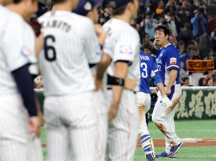 Team South Korea, in blue, leaves the ground at Tokyo Dome after losing to Japanese representatives 8-10, Saturday, during the World Baseball Softball Confederation Premier 12. Yonhap