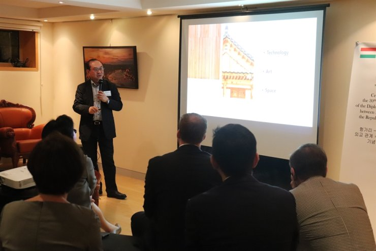 Architect Kim Bong-ryol gives a lecture on Korean architecture during the Corea Image Communication Institution's forum on Tuesday at the Hungarian ambassador's residence in Hannam-dong, Seoul. Courtesy of CICI