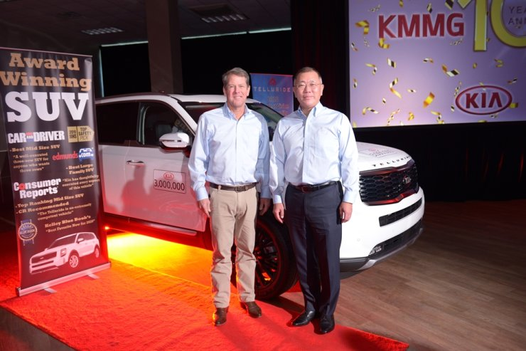 Hyundai Motor Group Executive Vice President Chung Euisun, right, and Georgia Governor Brian P. Kemp pose for a photo during an event held at Kia Motor's Georgia plant, Monday. / Courtesy of Hyundai Motor Group