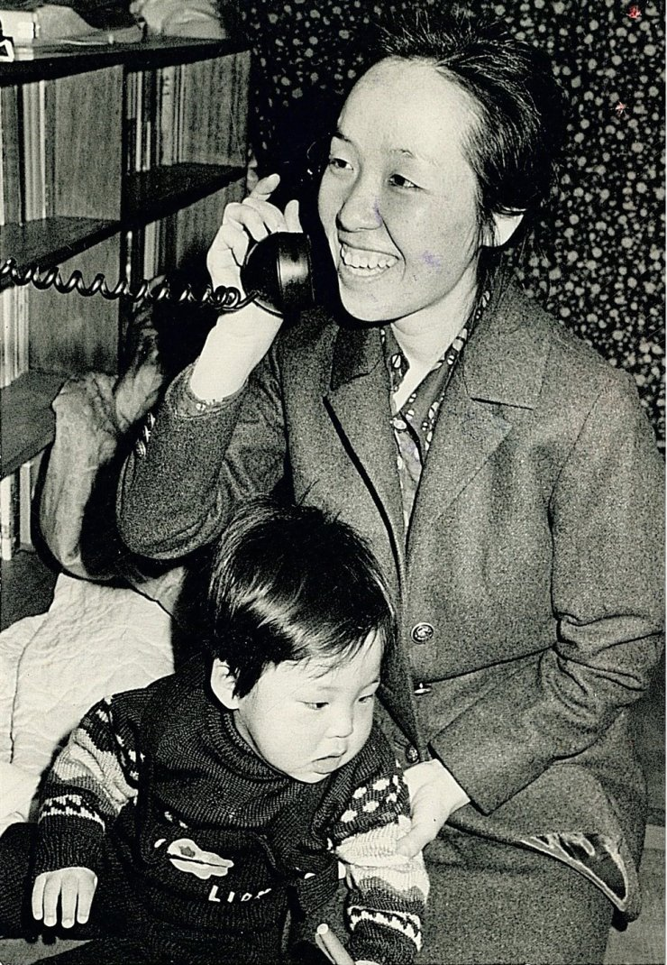 Kim Young-joo, the only daughter of author Pak Kyong-ni (1926-2008) and the wife of poet and democracy fighter Kim Chi-ha, receives a phone call with news that her husband is to be released shortly from prison, in this February 1975 file photo. She died of breast cancer on Monday. / Korea Times file