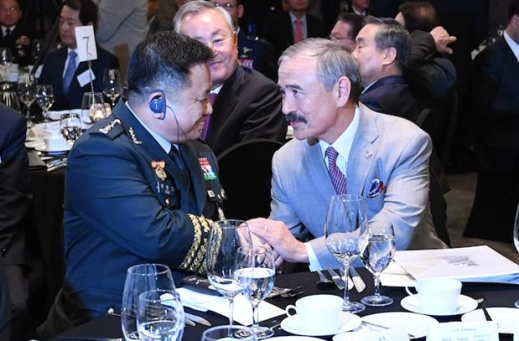 Joint Chiefs of Staff chief Gen. Park Han-ki, left, shakes hands with U.S. Ambassador to South Korea Harry Harris at the ROK-U.S. Partnership Dinner held at the Plaza Seoul, Oct.17. Korea Times photo by Seo Jae-hoon