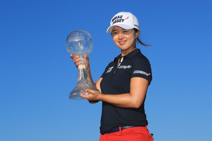 Kim Sei-young of South Korea poses with the CME Globe trophy after winning the CME Group Tour Championship at Tiburon Golf Club in Naples, Fla., Sunday. AFP-Yonhap