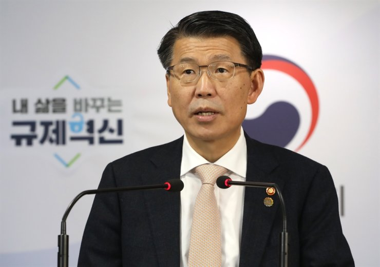 Financial Services Commission Chairman Eun Sung-soo announces measures to protect consumers from high-risk, complex financial products at the Government Complex Seoul, Thursday. / Yonhap