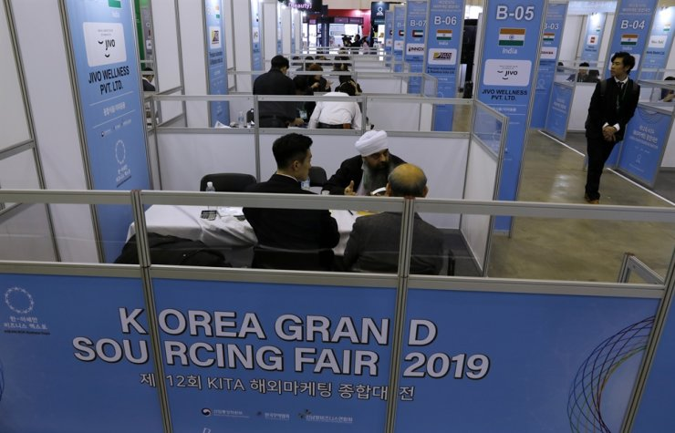 Participants of the ASEAN-Korea Business Expo hold business meetings on the sidelines of the 2019 ASEAN-Korea Commemorative Summit at BEXCO in Busan, Monday. Korea Times photo by Shim Hyun-chul