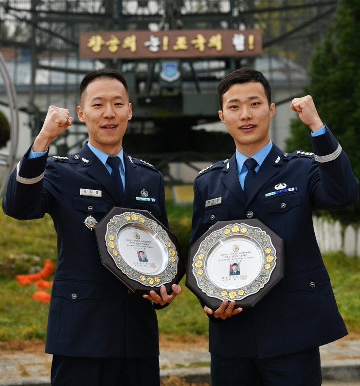 Capt. Lim Ji-hoon, left, and Capt. Park In-yong / Courtesy of Republic of Korea Air Force