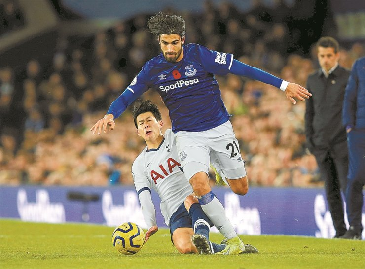 Everton's Andre Gomes, right, is fouled by Tottenham Hotspur's Son Heung-min, during the game at Goodison Park, Liverpool, U.K., Sunday. /Reuters-Yonhap