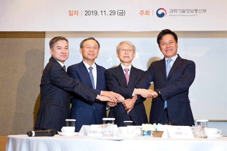 Choi Ki-young, second from right, minister of Science and ICT, poses with SK Telecom CEO Park Jung-ho, right, KT Chairman Hwang Chang-gyu, second from left, and LG Uplus CEO Ha Hyun-hwoi during a meeting at Yeouido Park Centre, Seoul, Friday. Courtesy of Ministry of Science and ICT