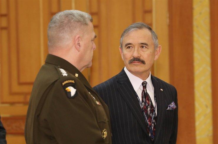 U.S. Ambassador Harry Harris at Cheong Wa Dae on Nov. 15 Yonhap