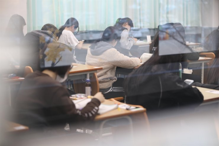 Test-takers wait for the beginning of the College Scholastic Aptitude Test (CSAT) at Namsan High School in Daegu, Thursday. Yonhap