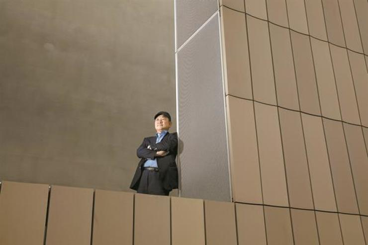 Youn Bum-mo, director of the National Museum of Modern and Contemporary Art, poses for a photo at the museum's Seoul branch on Oct. 18. Korea Times photo by Shim Hyun-chul