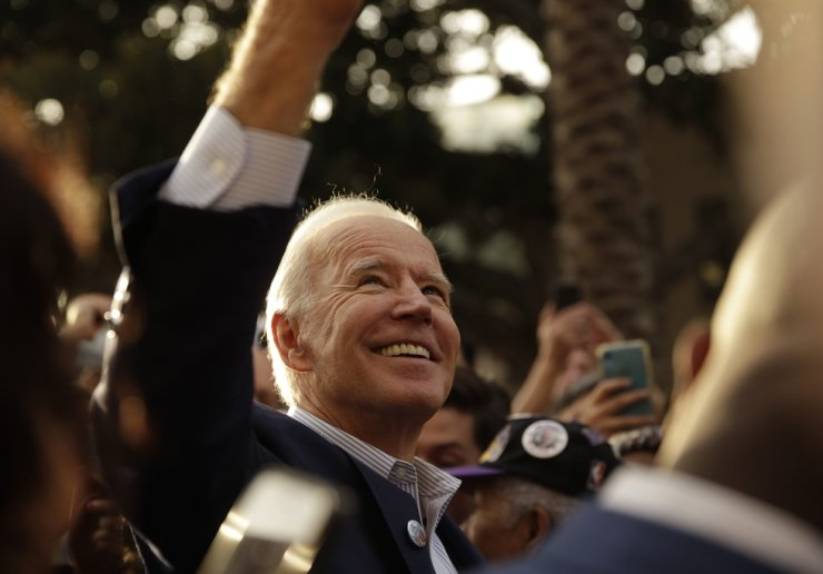 Democratic presidential candidate former Vice President Joe Biden takes selfies with supporters at a campaign rally at Los Angeles Trade Technical College in Los Angeles Thursday, Nov. 14, 2019. AP-Yonhap