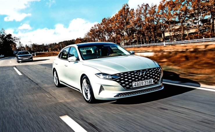 Hyundai Motor's new Grandeur is in action during a test drive near Goyang, Gyeonggi Province, Tuesday. Courtesy of Hyundai Motor