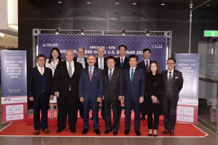 U.S. Ambassador to Korea Harry Harris, front row third from left, poses with Korea International Trade Association Chairman Kim Young-ju, fourth from left, and American Chamber of Commerce in Korea (AMCHAM) Chairman James Kim, fifth from left, during the Doing Business in the U.S. Seminar at COEX, Seoul, Tuesday. Courtesy of AMCHAM