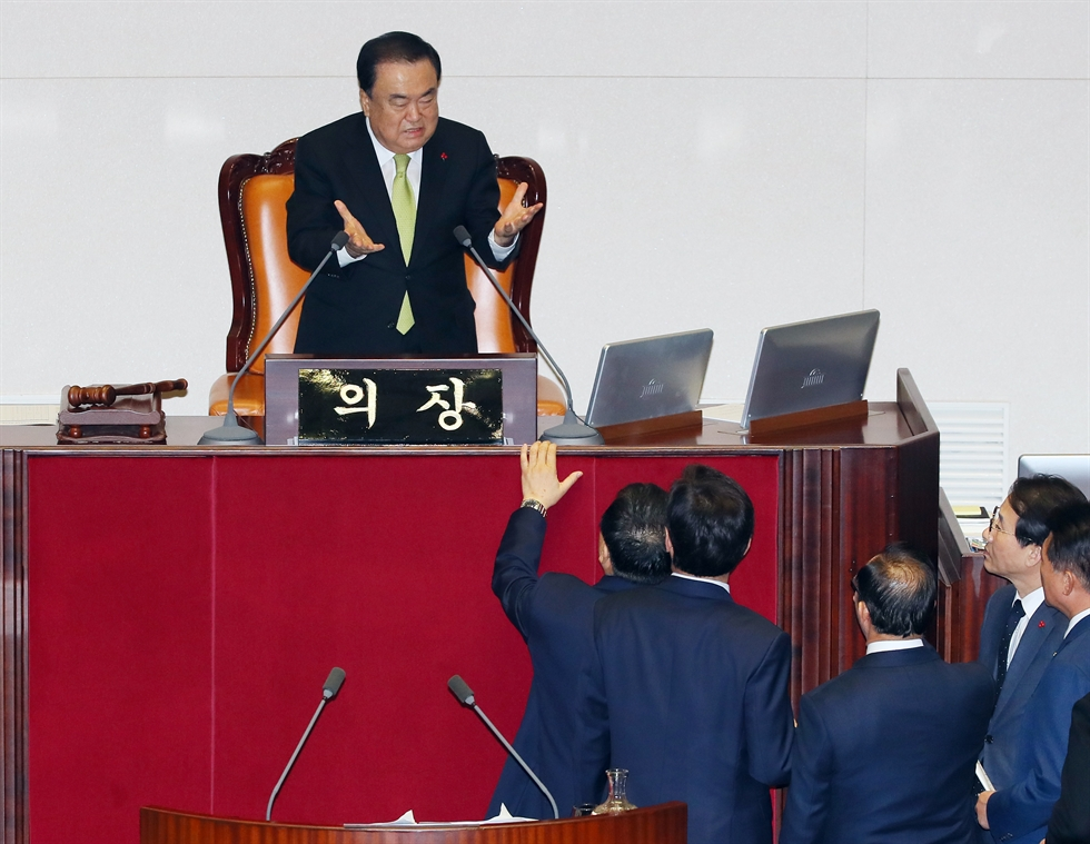 Members of the main opposition Liberty Korea Party protest after the passage of a budget plan for the 2020 fiscal year without their consent at the National Assembly, Tuesday.