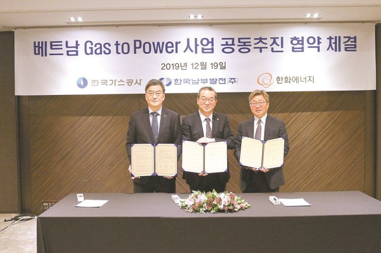 Hanwha Energy CEO Jung In-sub, center, poses with Korea Southern Power President Shin Jung-shik, left, and Korea Gas Corporation CEO Chae Hee-bong at The Plaza Hotel, Thursday, after signing a joint agreement to collaborate on the gas plant and LNG terminal businesses in Vietnam. Hanwha Energy said it will take on the role of managing the overall business development and supplying LNG in the Vietnamese energy market. / Courtesy of Hanwha Energy