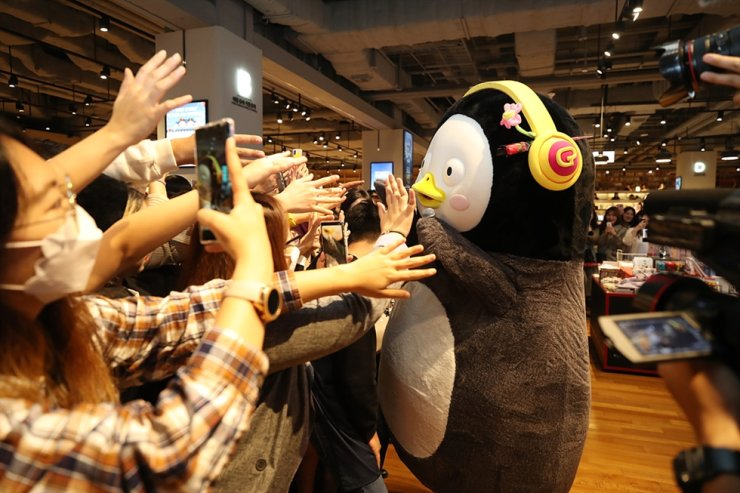 Pengsoo, a penguin character of EBS, gives high-fives to fans at a meet-and-greet event in Busan, Oct. 26. Courtesy of EBS