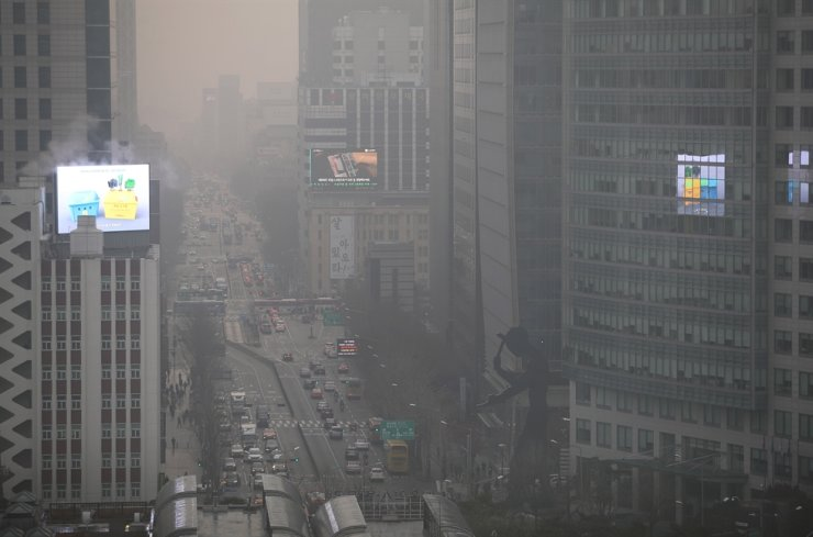 Downtown Seoul is covered with ultrafine dust, Tuesday. The government issued emergency measures against fine dust as the level was 'very bad' in the capital and surrounding regions. Yonhap
