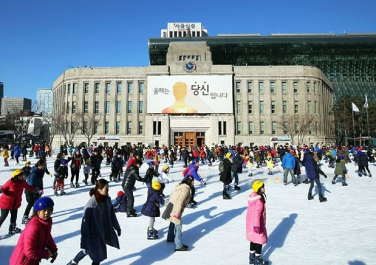 An ice staking rink at Seoul Plaza. Korea Times file