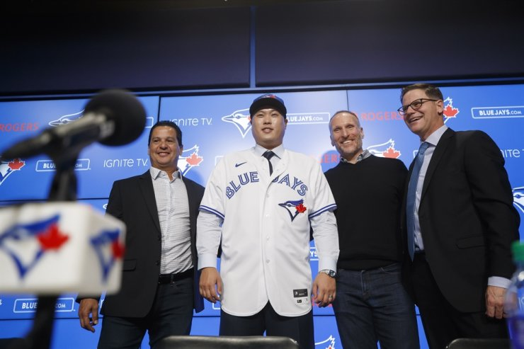 Toronto Blue Jays newly signed pitcher Ryu Hyun-jin, center, poses for a photo alongside Blue Jays manager Charlie Montoyo, left, general manager Ross Atkins, right, and president Mark Shapiro, during a news conference announcing his signing to the team, in Toronto, Friday, Dec. 27, 2019. AP
