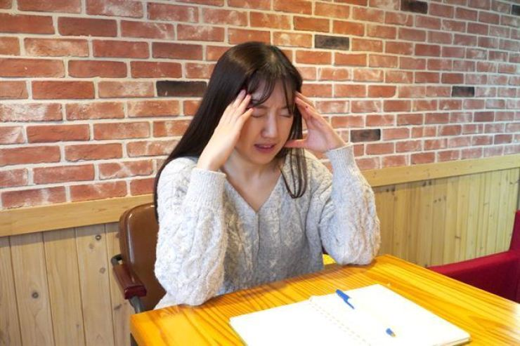 A woman presses her hands against her forehead after feeling dizzy. According to data from the National Health Insurance Service, 372,654 people were treated for BPPV in 2018. The number of patients was a 20.8 percent increase from 303,656 in 2014. Korea Times file