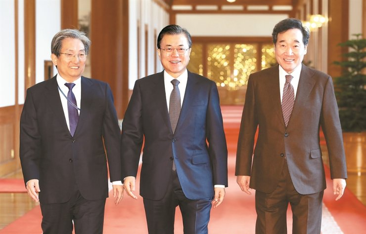 President Moon Jae-in, center, heads to a Cabinet meeting with his chief of staff Noh Young-min, left, and Prime Minister Lee Nak-yon, at Cheong Wa Dae, Tuesday. Yonhap