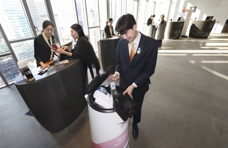 KT's artificial intelligence-powered hotel service robot N bot, which employs multiple state-of-the-art technologies such as 3D location mapping and autonomous driving, has made its debut at Novotel Ambassador Seoul Dongdaemun Hotels and Residences, the telecom company said Monday. / Courtesy of KT