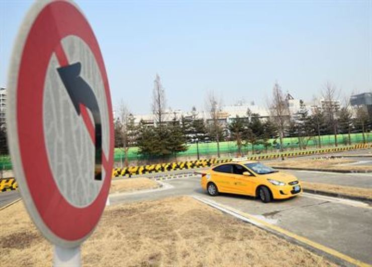 Foreigners visiting Korea a short time will not be able to obtain driver's licenses amid a growing number of traffic accidents abroad caused by foreigners with the Korean licenses which are relatively easy to earn, the National Police Agency said Sunday. /Korea Times file