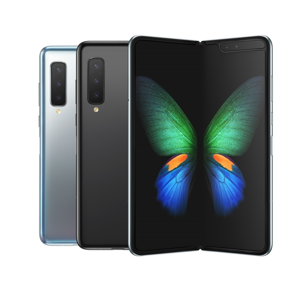 A user performs multiple tasks on Samsung Electronics' Galaxy Fold smartphone. / Courtesy of Samsung Electronics
