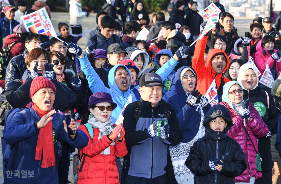 Participants in the 487th Turtle Marathon get ready at the starting line at Namsan Baekbeom Square on Mount Nam, Saturday. Hankook Ilbo, sister paper of The Korea Times, has hosted the monthly walking event since 1978. From sixth left in the front row are Malaysian Ambassador to Seoul Dato Mohd Ashri bin Muda, Hankook Ilbo President and Publisher Lee Joon-hee, The Korea Times President and Publisher Lee Lee Byeong-eon and former lawmaker Jasmine Bacurnay Lee. Korea Times photo by Ryu Hyo-jin