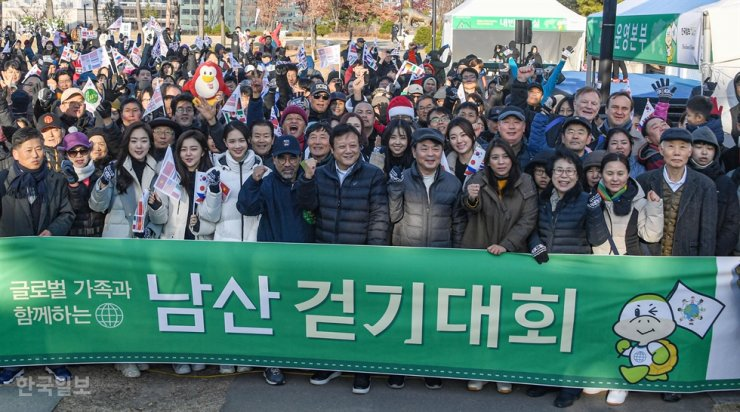 Participants in the 487th Turtle Marathon pose at the starting line at Namsan Baekbeom Square on Mount Nam, Saturday. From sixth left in the front row are Malaysian Ambassador to Seoul Dato Mohd Ashri bin Muda, Hankook Ilbo President and Publisher Lee Joon-hee, The Korea Times President and Publisher Lee Lee Byeong-eon and former congresswoman Jasmine Bacurnay Lee. Korea Times photo by Ryu Hyo-jin